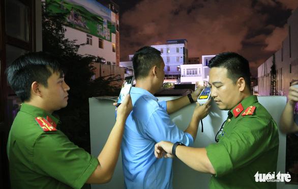 Đội phản ứng nhanh Đà Nẵng tạm giữ 2 loa mở nhạc ồn ào sau 22h - Ảnh 2.