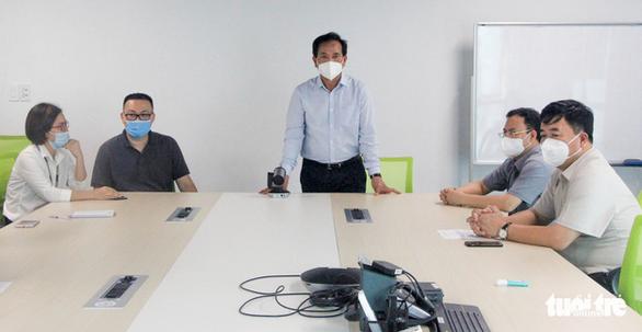Phạt kịch khung công ty hoạt động chui, công nhân tháo chạy khi thấy kiểm tra phòng dịch - Ảnh 2.