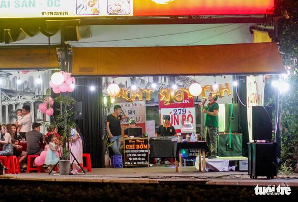 Mặc chính quyền tuyên truyền, 'cung đường bia bọt' Phạm Văn Đồng vẫn chát chúa tiếng nhạc - Ảnh 2.