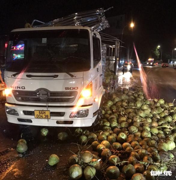 Xe khách va chạm với xe tải chở dừa, nhiều người bị thương trên quốc lộ 1 - Ảnh 1.