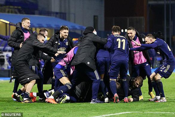 HLV Mourinho xin lỗi sau khi Tottenham bị loại đau đớn - Ảnh 3.
