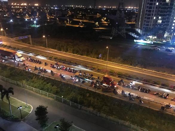 Hàng trăm quái xế chặn cao tốc làm đường đua bạt mạng, người dân khiếp sợ - Ảnh 2.