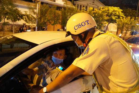Xử phạt 'kịch khung' nữ tài xế ôtô vi phạm nồng độ cồn - Ảnh 2.