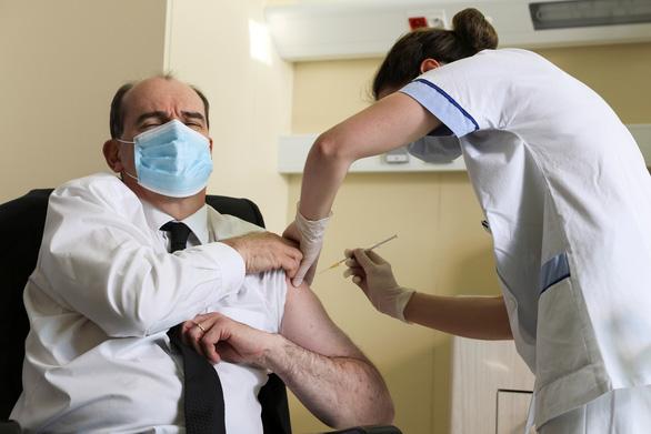 Các nước thận trọng khi cho tiêm lại vắc xin AstraZeneca - Ảnh 1.