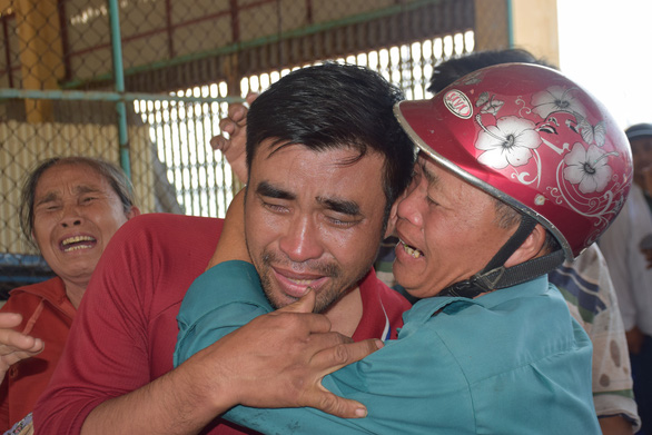 Nước mắt xúc động đón 47 ngư dân gặp nạn trên biển trở về - Ảnh 6.
