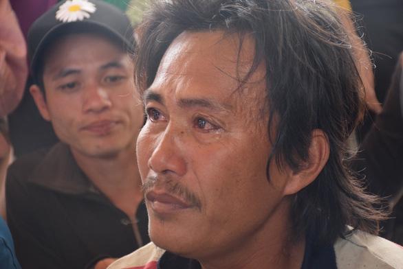 Nước mắt xúc động đón 47 ngư dân gặp nạn trên biển trở về - Ảnh 7.