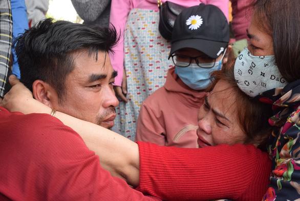 Nước mắt xúc động đón 47 ngư dân gặp nạn trên biển trở về - Ảnh 8.