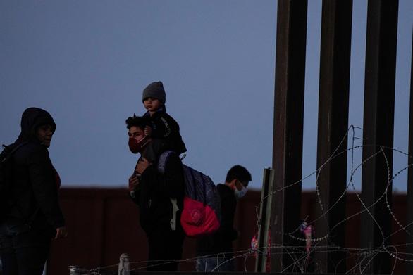 Được Mỹ cho vay vắc xin COVID-19, Mexico cam kết ngăn dòng người tị nạn - Ảnh 1.