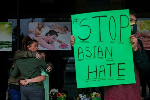 Người gốc Á ở Mỹ lo bị xả súng do sự kỳ thị trong đại dịch - Ảnh 1.