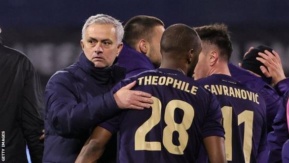HLV Mourinho xin lỗi sau khi Tottenham bị loại đau đớn - Ảnh 1.