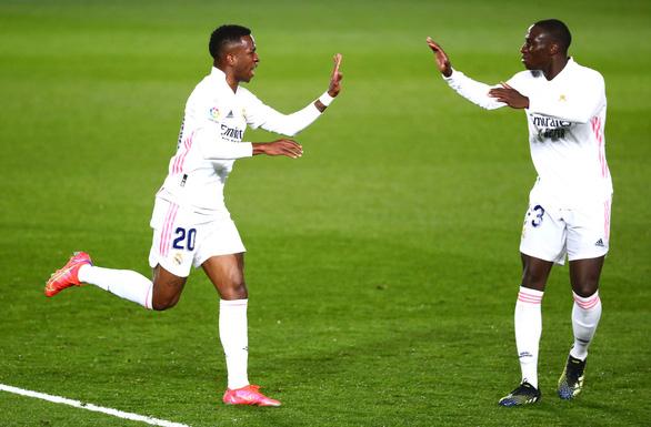 Điểm tin thể thao sáng 2-3: Real Madrid thoát thua phút 89, Ibra lỡ trận tái ngộ Man Utd - Ảnh 1.