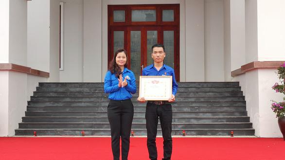 Trao bằng khen cho người cứu 3 học sinh đuối nước, Quảng Nam phát động Tháng thanh niên - Ảnh 1.
