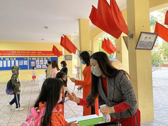 Trường học Hà Nội phòng dịch nghiêm ngặt để đón gần 2 triệu học sinh đi học lại - Ảnh 3.