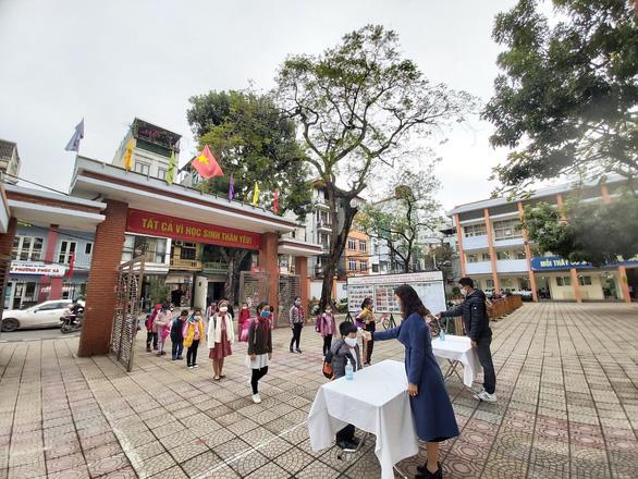 Trường học Hà Nội phòng dịch nghiêm ngặt để đón gần 2 triệu học sinh đi học lại - Ảnh 1.