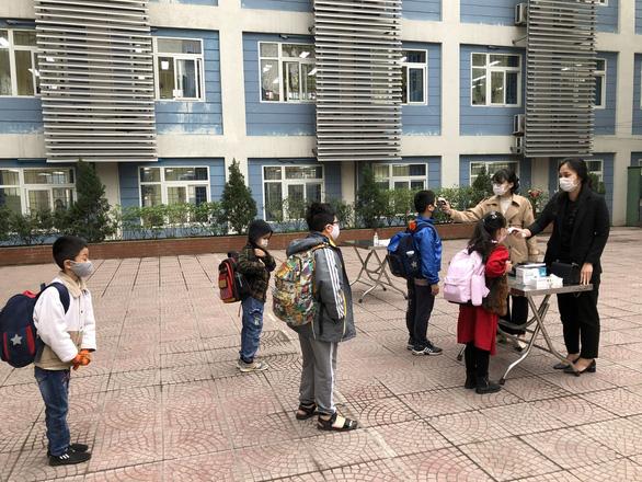 Trường học Hà Nội phòng dịch nghiêm ngặt để đón gần 2 triệu học sinh đi học lại - Ảnh 2.