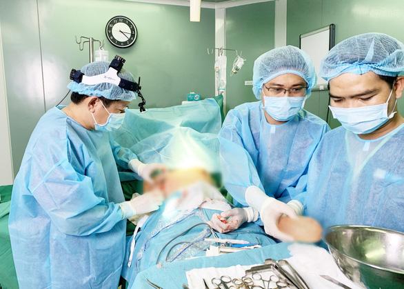 Mổ gấp một nữ bệnh nhân bị spa ở quận 7 bỏ quên gạc trong ngực - Ảnh 1.