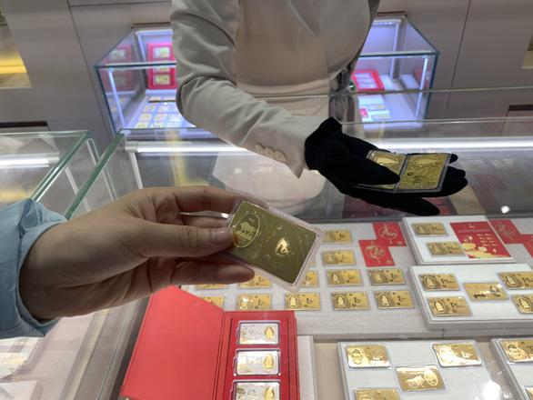 Giá vàng trong nước - thế giới chênh mức kinh hoàng: 8,25 triệu đồng/lượng - Ảnh 1.