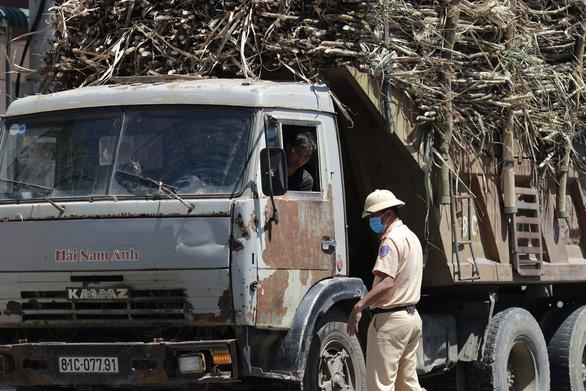 Công an Đắk Lắk cảm ơn Tuổi Trẻ Online phản ánh xe mía lộng hành trên quốc lộ 26 - Ảnh 1.