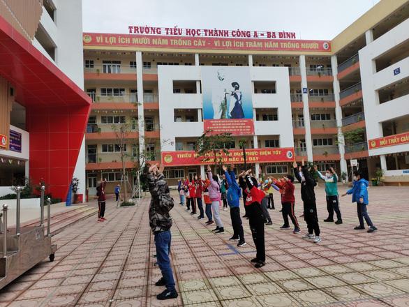 Trường học Hà Nội phòng dịch nghiêm ngặt để đón gần 2 triệu học sinh đi học lại - Ảnh 7.