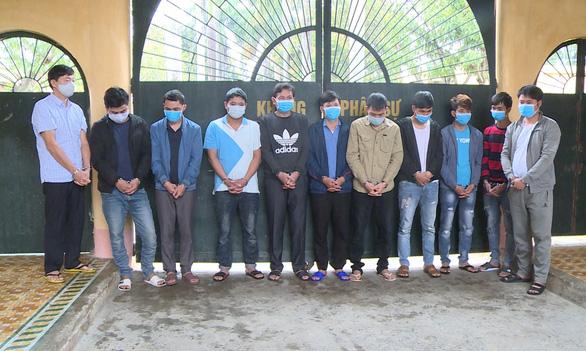 Thuê phòng karaoke sát phạt nhau, 11 người bị bắt - Ảnh 1.