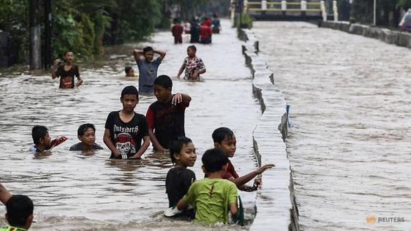 Hàng ngàn trẻ thành mồ côi ở Indonesia vì mất cha mẹ do dịch bệnh - Ảnh 2.