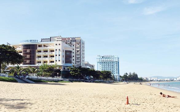Trả lại bãi biển cho dân: Doanh nghiệp lừng khừng, chính quyền lúng túng - Ảnh 1.