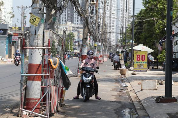 2 hộ dân không cho đặt trạm biến áp, 80 trụ điện đứng chờ giữa đường - Ảnh 1.