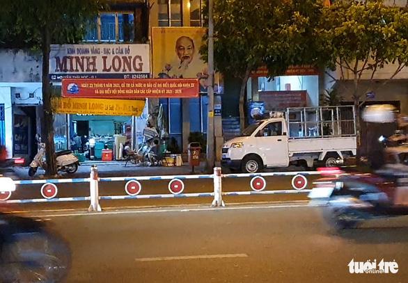 Sau 22h, karaoke vẫn thi thố sát UBND phường, đường Phạm Văn Đồng vẫn xập xình - Ảnh 2.