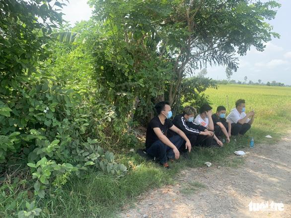 Dân báo 5 người Trung Quốc chờ người lạ ngoài đồng vắng, công an Châu Phú có mặt - Ảnh 1.