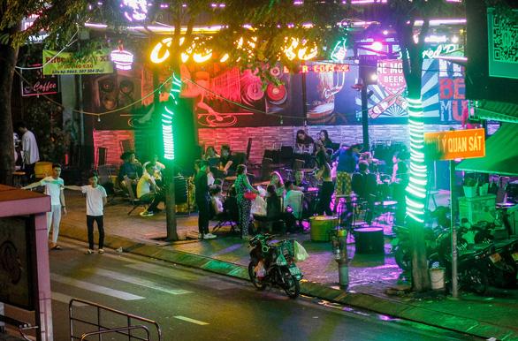 Sau 22h, karaoke vẫn thi thố sát UBND phường, đường Phạm Văn Đồng vẫn xập xình - Ảnh 3.