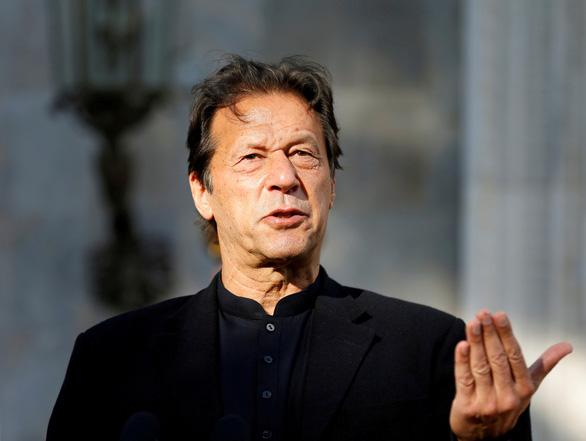 Thủ tướng Pakistan dương tính với COVID-19 chỉ 2 ngày sau tiêm vắc xin - Ảnh 1.