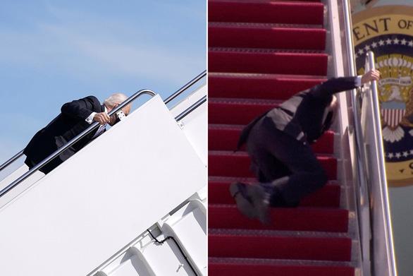 Ông Biden vấp té 3 lần khi lên Air Force One do gió lớn? - Ảnh 1.