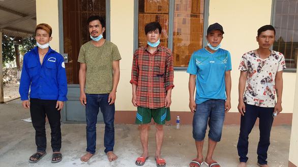 5 thanh niên từ Campuchia bơi qua sông biên giới, bị bắt trên đất liền Việt Nam - Ảnh 1.