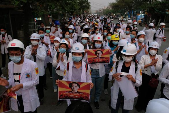 Bác sĩ, y tá ở Myanmar xuống đường biểu tình - Ảnh 2.