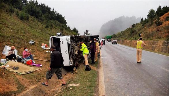 Xe khách chở 20 người từ Sơn La về Hà Nội lật trên quốc lộ 6, một người chết - Ảnh 1.