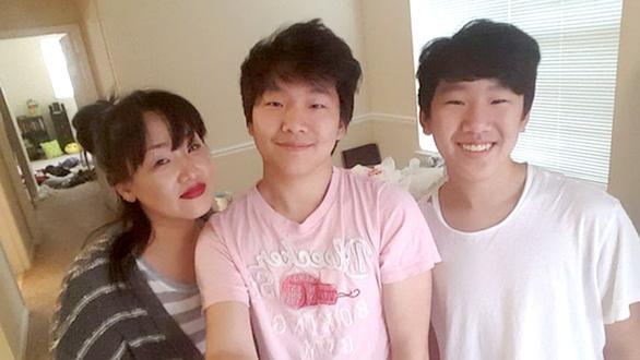 Mẹ gốc Hàn bị bắn chết, hai con được giúp hơn 2 triệu USD - Ảnh 1.