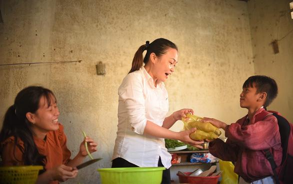 Những cô giáo miền xuôi lặn lội gieo chữ ở làng Canh Tiến - Ảnh 4.