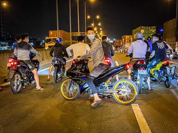 Hàng trăm quái xế chặn cao tốc làm đường đua: Cục CSGT xác định được một số người - Ảnh 2.