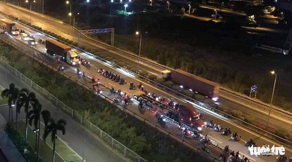 Hàng trăm quái xế chặn cao tốc làm đường đua: Cục CSGT xác định được một số người - Ảnh 4.