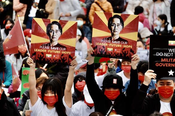 Bác sĩ, y tá ở Myanmar xuống đường biểu tình - Ảnh 3.