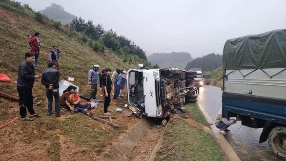 Xe khách chở 20 người từ Sơn La về Hà Nội lật trên quốc lộ 6, một người chết - Ảnh 2.