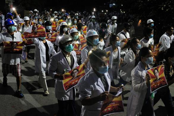 Bác sĩ, y tá ở Myanmar xuống đường biểu tình - Ảnh 1.