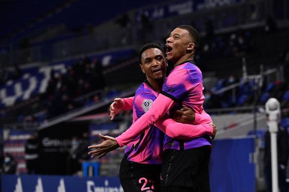 Mbappe tỏa sáng đưa PSG lên ngôi đầu bảng - Ảnh 1.
