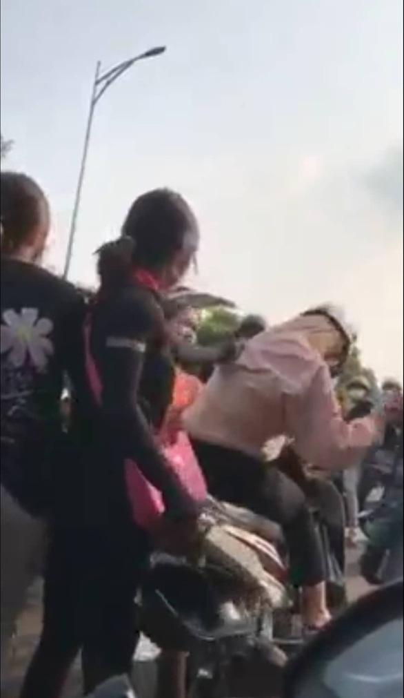 Nữ sinh lớp 10 ở Bình Phước bị đánh hội đồng và quay clip tung lên mạng - Ảnh 1.