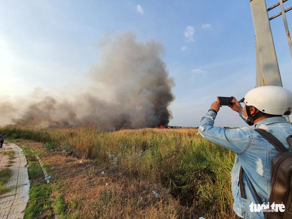 Cháy lớn tại đồng cỏ trong Khu công nghệ cao gần Samsung - Ảnh 3.