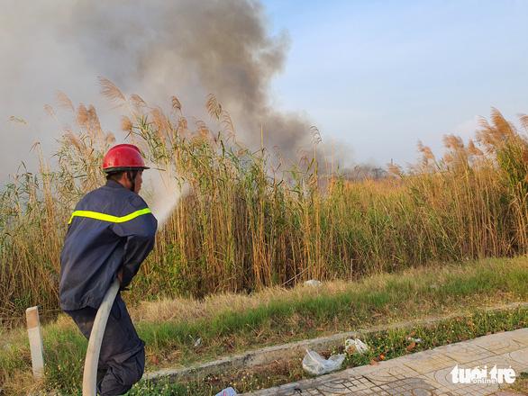 Cháy lớn tại đồng cỏ trong Khu công nghệ cao gần Samsung - Ảnh 4.