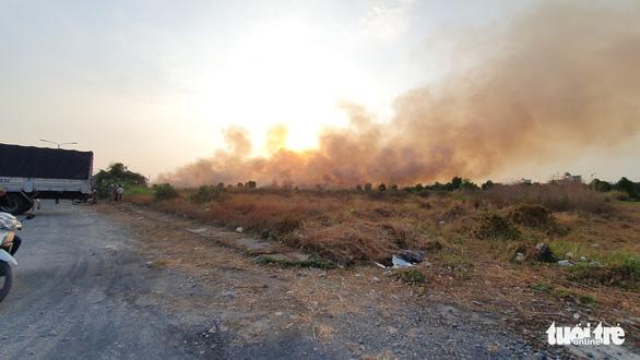 Cháy lớn tại đồng cỏ trong Khu công nghệ cao gần Samsung - Ảnh 5.