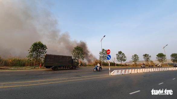 Cháy lớn tại đồng cỏ trong Khu công nghệ cao gần Samsung - Ảnh 7.