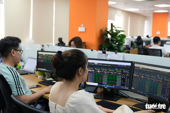 Từ 29-3 bắt đầu giao dịch cổ phiếu chuyển sàn từ HoSE sang HNX - Ảnh 1.