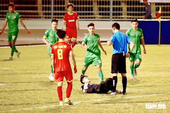 Màn ăn mừng khiêu khích trọng tài: Thủ môn Thanh Vũ bị phạt tiền, cấm thi đấu 2 trận - Ảnh 1.